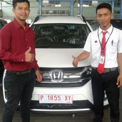 Foto Penyerahan Unit 2 Sales Marketing Mobil Dealer Honda Jember Heru