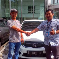 Foto Penyerahan Unit 2 Sales Marketing Mobil Dealer Honda Sidoarjo Rhizal