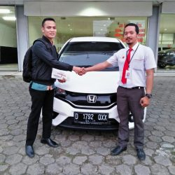 Foto Penyerahan Unit 2 Sales Marketing Mobil Dealer Honda Subang Ryan