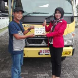 foto-penyerahan-unit-2-sales-marketing-mobil-dealer-mitsubishi-kediri-yuyun