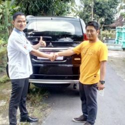 Foto Penyerahan Unit 2 Sales Marketing Mobil Dealer Mitsubishi Solo Agus