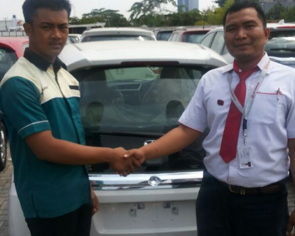 foto-penyerahan-unit-2-sales-marketing-mobil-honda-karawang-andri-naldi