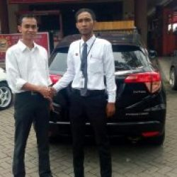 Foto Penyerahan Unit 3 Sales Marketing Mobil Dealer Honda Cibubur Yudi