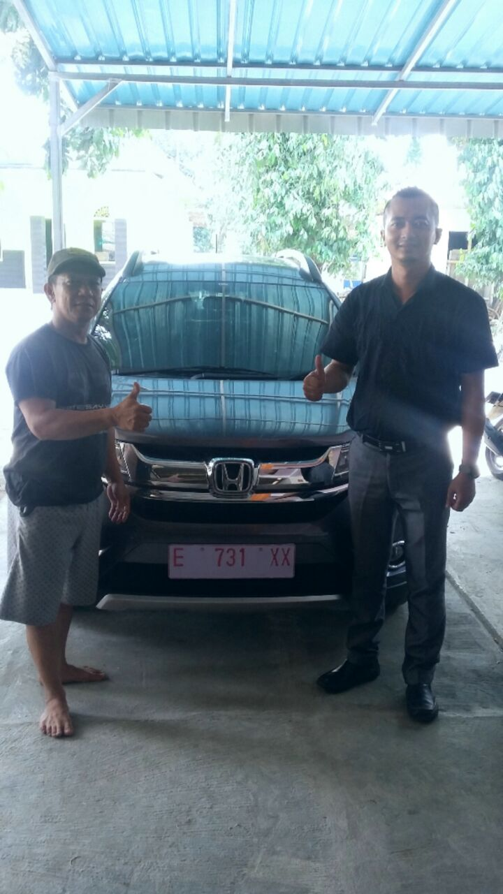 Foto Penyerahan Unit 3 Sales Marketing Mobil Dealer Honda Cirebon Feri