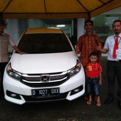 Foto Penyerahan Unit 3 Sales Marketing Mobil Dealer Honda Subang Ryan