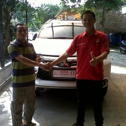 Foto Penyerahan Unit 3 Sales Marketing Mobil Dealer Mitsubishi Solo Agus