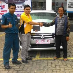 Foto Penyerahan Unit 3 Sales Marketing Mobil Dealer Suzuki DzuL