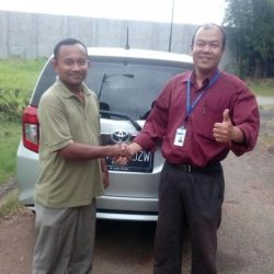 Foto Penyerahan Unit 3 Sales Marketing Mobil Dealer Toyota Cibubur Jimmy