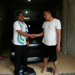 Foto Penyerahan Unit 4 Sales Marketing Mobil Dealer Daihatsu Tryastono