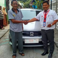 Foto Penyerahan Unit 4 Sales Marketing Mobil Dealer Honda Sidoarjo Rhizal