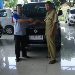 Foto Penyerahan Unit 4 Sales Marketing Mobil Dealer Suzuki Cirebon Hari