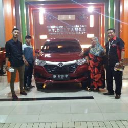 Foto Penyerahan Unit 4 Sales Marketing Mobil Dealer Toyota Jefri
