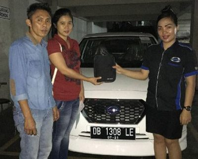 foto-penyerahan-unit-7-sales-marketing-mobil-dealer-datsun-manado-leidy-warouw