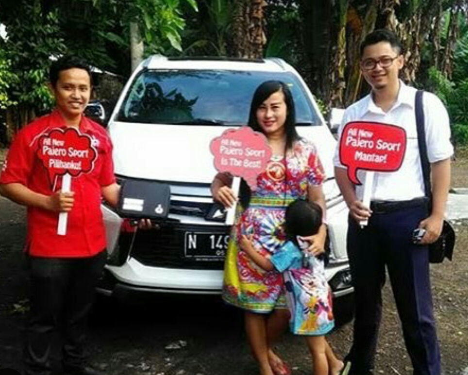 Foto Penyerahan Unit Sales Marketing Mobil Dealer Mitsubishi Probolinggo Mizan