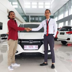 Foto Penyerahan Unit 1 Sales Marketing Mobil Dealer Honda Hasan