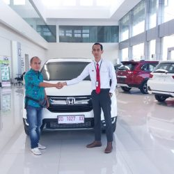 Foto Penyerahan Unit 2 Sales Marketing Mobil Dealer Honda Hasan