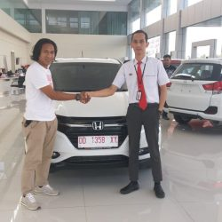 Foto Penyerahan Unit 3 Sales Marketing Mobil Dealer Honda Hasan