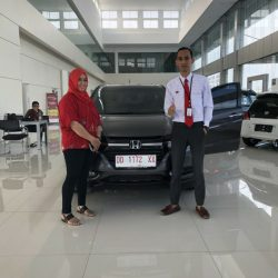 Foto Penyerahan Unit 5 Sales Marketing Mobil Dealer Honda Hasan