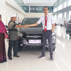 Foto Penyerahan Unit 6 Sales Marketing Mobil Dealer Honda Hasan