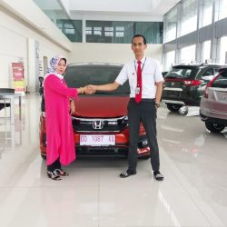 Foto Penyerahan Unit 7 Sales Marketing Mobil Dealer Honda Hasan